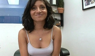 Indian teen gets a facial Maya Bazin 1.1